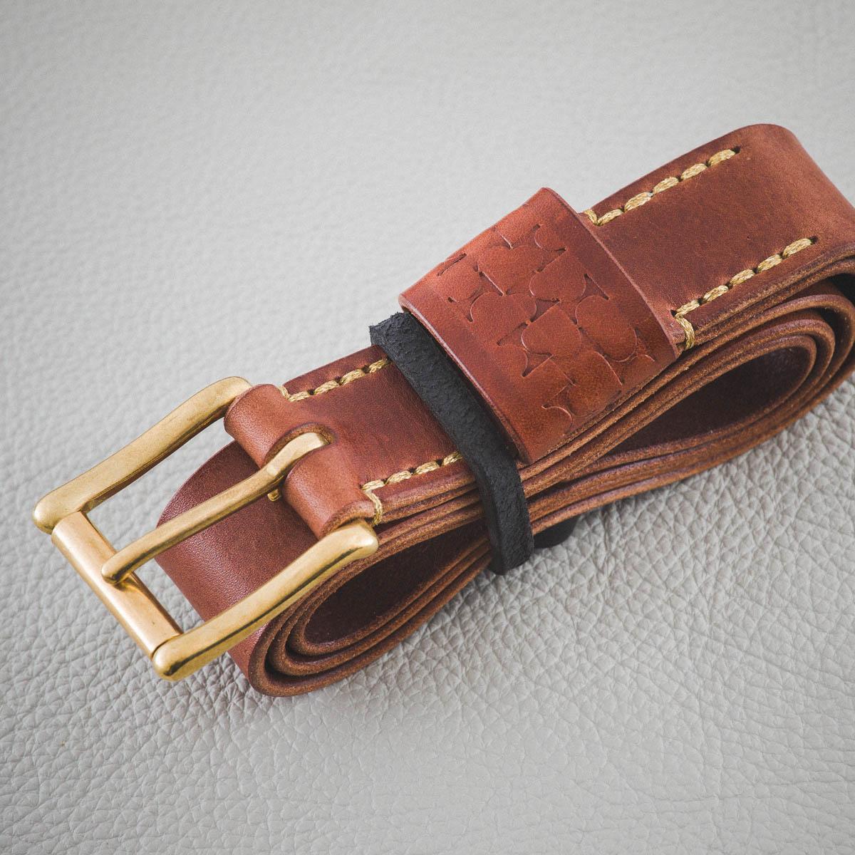 ceinture cuir châtaigne, couture main fil doré, boucle laiton massif