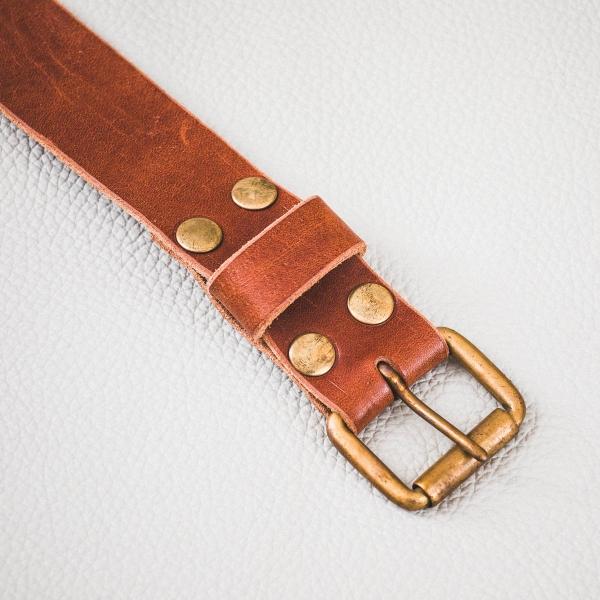 ceinture cuir châtaigne; boucle laiton massif et rivets couleur laiton