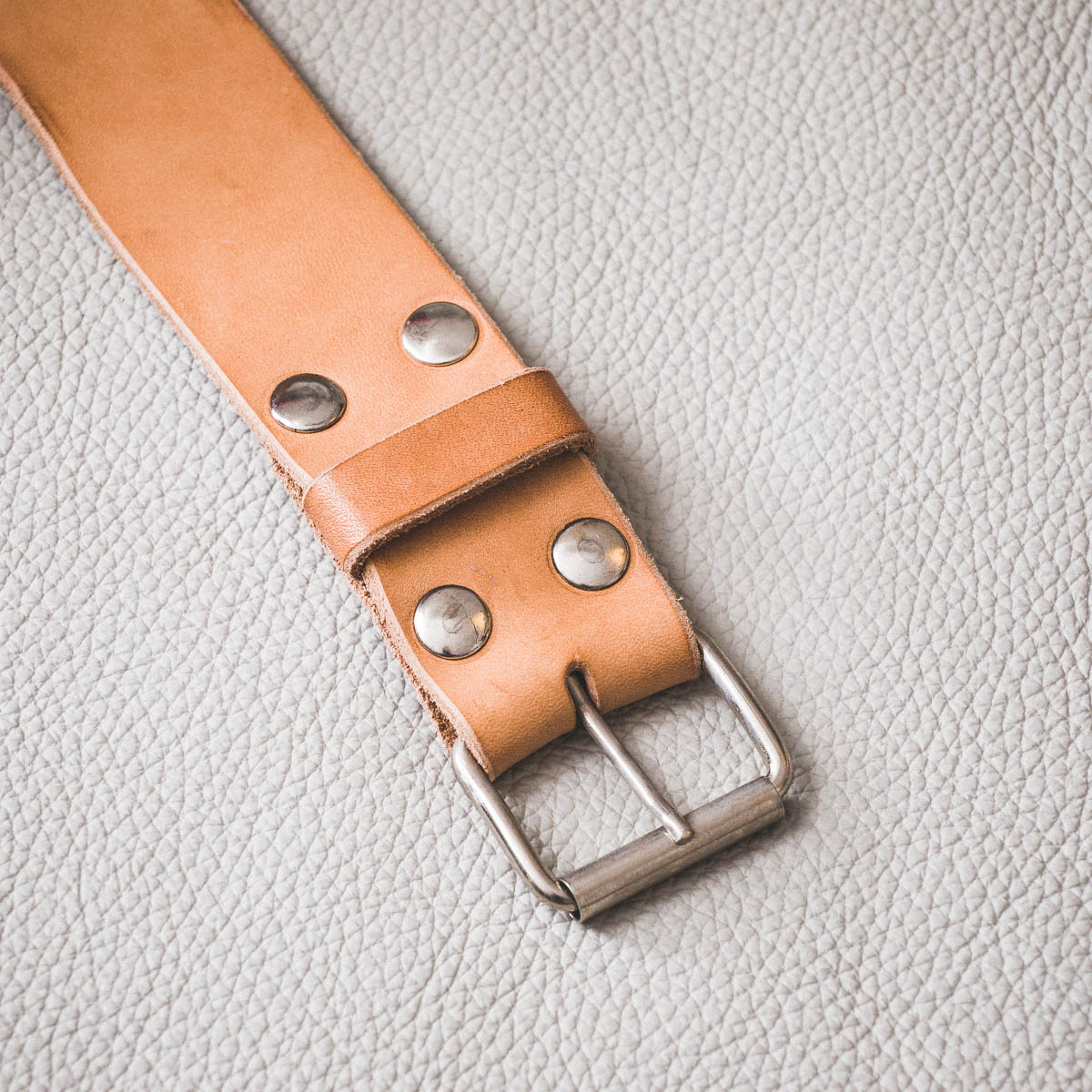 ceinture cuir naturel rivetée